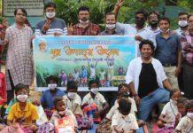 Jamshedpur Maitreyee Poribar distributes puja gifts among Tangrain School children